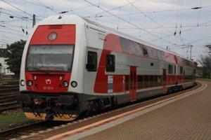 Jediné dvojpodlažné vlaky na našich tratiach má ŽSSK. Konkurencii ich asi nebude môcť požičať.