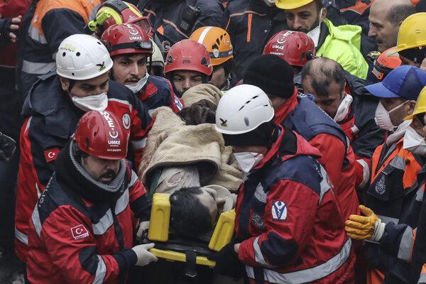 Záchranári odvážajú 16-ročného chlapca na nosidlách do sanitky.