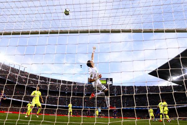 Brankár Getafe Vicente Guaita vyráža strelu nad bránku - ilustračná fotografia.