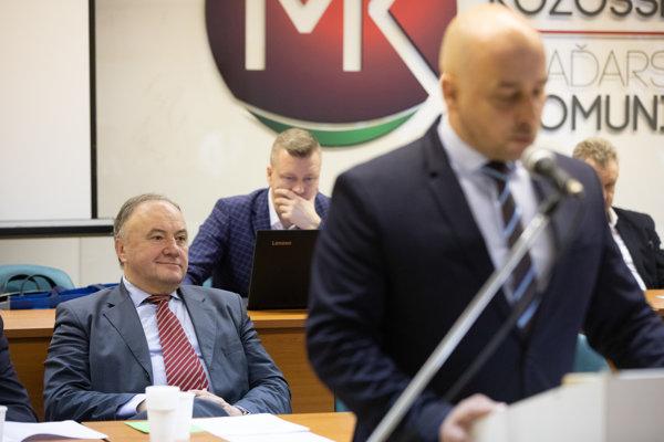 oslanec Európskeho parlamentu Slovenskej republiky Pál Csáky a predseda strany SMK József Menyhárt počas zasadnutia Republikovej rady Strany maďarskej komunity (SMK).