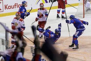 Slovenskí hokejisti sa radujú po jednom z gólov.