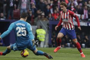 Thibaut Courtois dostáva gól po strele Antoina Griezmanna.