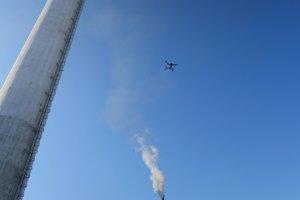 Dron letí preskúmať komín.