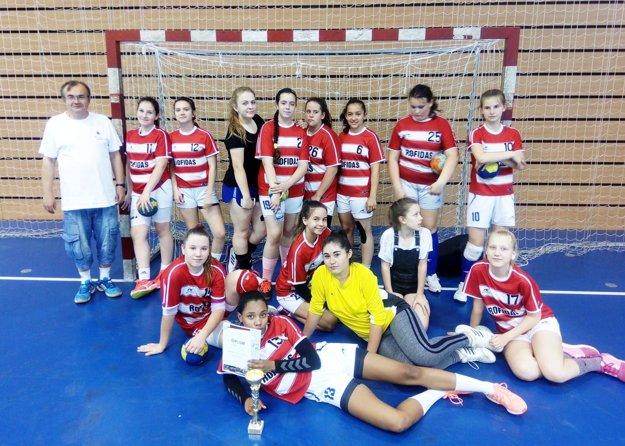 Spoločná snímka starších a mladších žiačok HK Slávia Sereď na turnaji v Bratislave.