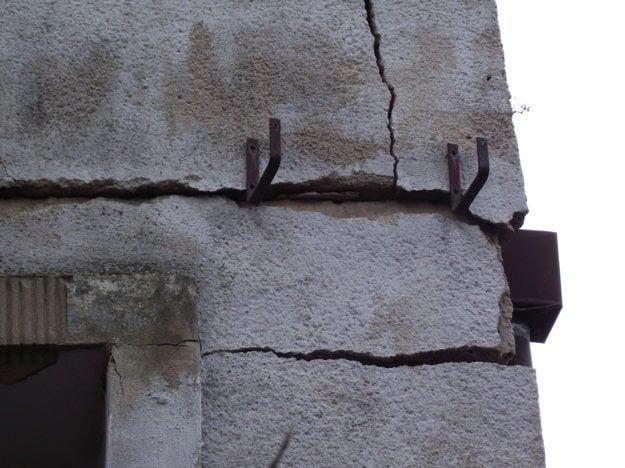 Dom držia pokope železné podpery.