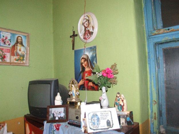 Silno veriaca žena si doma zriadila vlastný oltárik, pri ktorom sa pravidelne modlí. Pochválil jej ho i miestny kňaz.