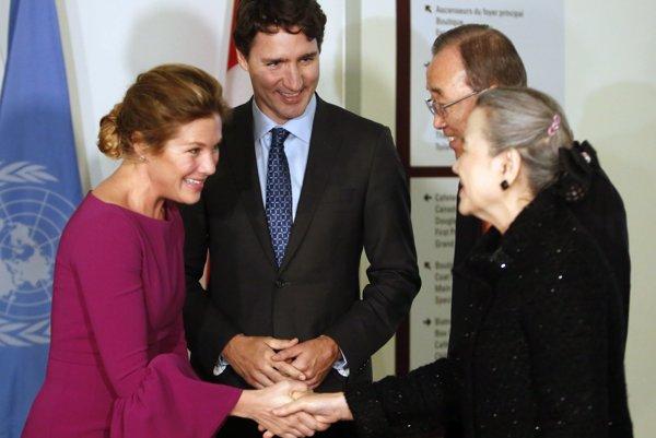 Kanaďania si rok po teroristickom útoku na vlastnej pôde vybrali do úradu premiéra človeka, ktorý osobne víta utečencov zo Sýrie. Na fotografii premiér Justin Trudeau s generálnym tajomníkom OSN Pan Ki-munom spolu s manželkami.