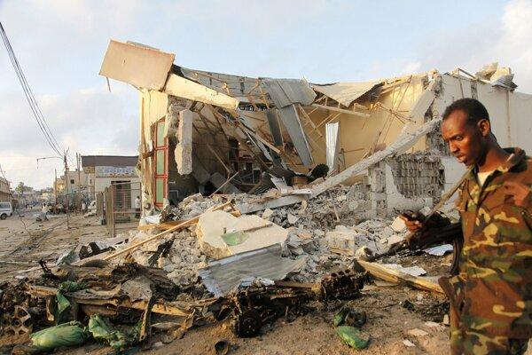 Samovražedný bombový útok na hotel v meste Mogadišo.
