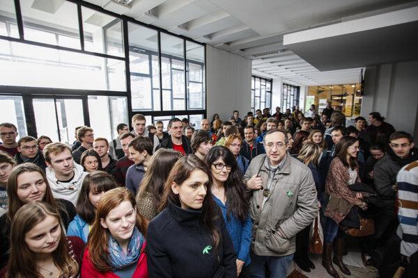 Študenti sa zhromaždujú vo vestibule na vyjadrenie podpory štrajku učiteľov.