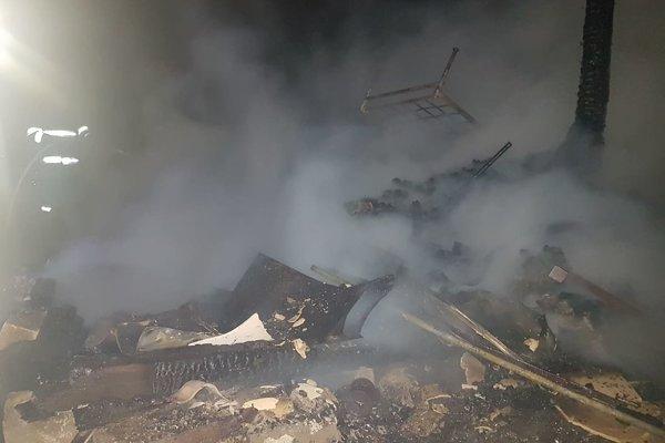 Likvidácia požiaru chaty.