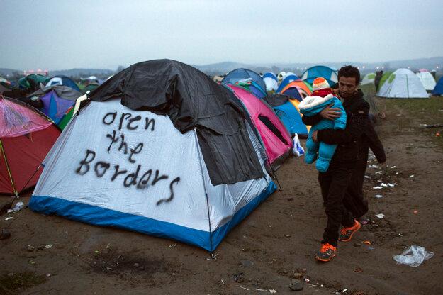 Asi sedemtisíc utečencov, prevažne zo Sýrie a Iraku, je natlačených v malom tábore v gréckej pohraničnej obci Idomeni.