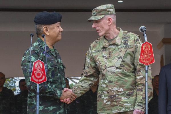 Thajský generál Pornpipat Benyasri, (vľavo) a americký generál Gary J. Volesky pred štartom cvičenia Cobra Gold.