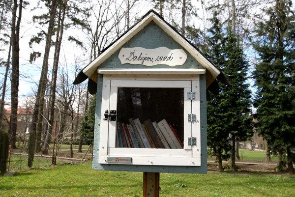 Netradičná knižnica v žiarskom parku.