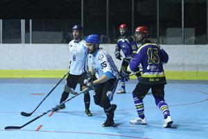 Hokejbalisti Pruského (v modrom) sa napokon prebojovali až do finále.