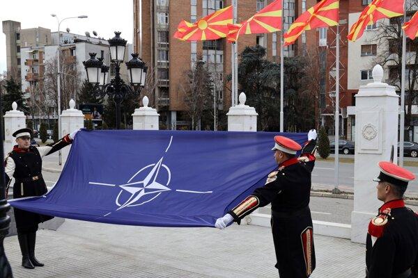 Macedónski vojaci vztyčujú vlajku NATO.