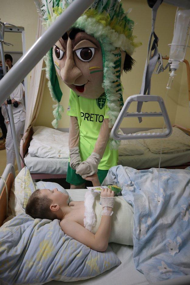 Detských pacientov potešil aj maskot.