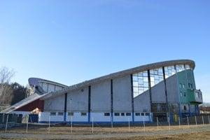 Konštrukcia strechy štadióna je tvorená z oceľových lán.