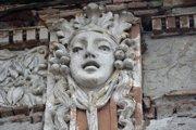 Prónayho kaštieľ v Opatovej dopadol najhoršie. Posledné zvyšky výzdoby na zbytkoch múrov.Tie z hustej spleti drevín trčia ako dračie zuby.