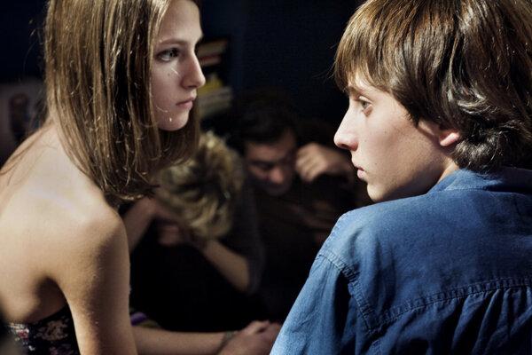 Záber z filmového spracovania knihy Osamelosť prvočísel.