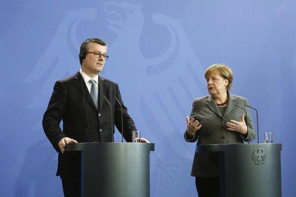 Nemecká kancelárka Angela Merkelová s chorvátskym premiérom Tihomirom Oreškovičom.