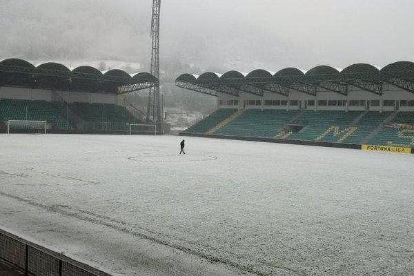 Žilinský trávnik bol pokrytý vrstvou snehu.