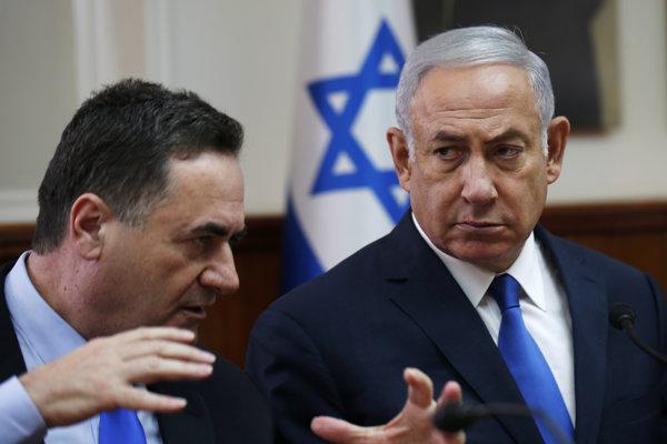Izraelský premiér Benjamin Netanyahu (vpravo) a izraelský minister dopravy a minister zahraničia Jisrael Kac.