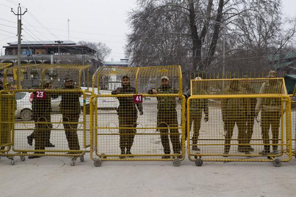 Zátaras indickej polície v Šrínagáre.