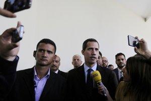 Venezuelský opozičný líder a samozvaný dočasný prezident Juan Guaidó odpovedá na otázky novinárov pred príchodom do parlamentu v Caracase.