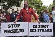 Stovky ľudí protestovali v stredu v Čiernej Hore po tom, čo neznámi útočníci postrelili investigatívnu novinárku Oliveru Lakičovú, ktorá sa dlhodobo venuje korupcii v štátnej správe.