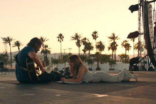 Bradley Cooper a Lady Gaga vo filme Zrodila sa hviezda.