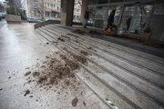Farmári pokračujú v protestoch, pred ministerstvom pôdohospodárstva vysypali hnoj.