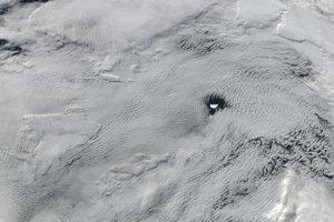 Na snímke z júna 2016 sa oblaky usporiadali tak, že nechali akurátny otvor pre ľadovec A-56. Ľadovec bol dlhý približne 26 kilometroc a 13 kilometrov mal an šírku.