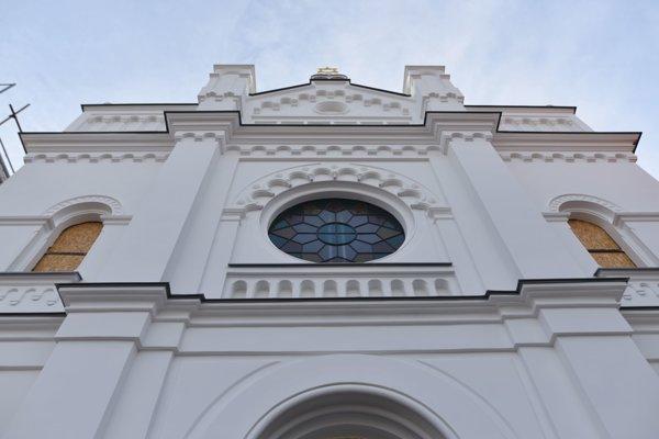 Zrekonštruovaná predná fasáda synagógy v Senci.