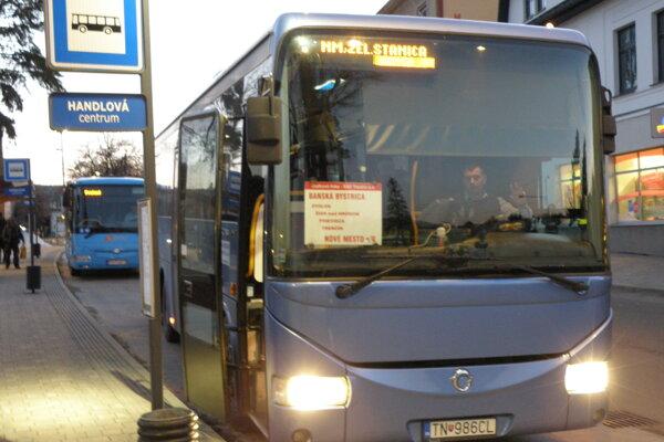 Autobus na trase Nové Mesto nad Váhom - Banská Bystrica išiel minulý piatok naposledy. Spojenie medzi hornou Nitrou a Žiarom nad Hronom sa tak skomplikovalo.