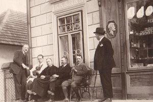 Starí Trstenčania pred Lekárňou Antona Murína.