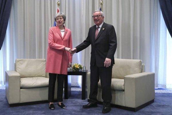 Predseda Európskej komisie Jean-Claude Juncker a britská premiérka Theresa Mayová.