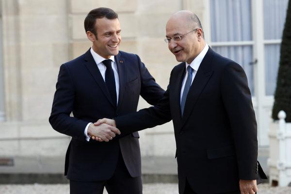Iracký prezident Barham Sálih (vpravo) a francúzsky prezident Emmanuel Macron počas stretnutia v Paríži.