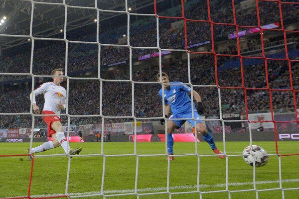 Andrej Kramaric (vpravo) z Hoffenheimu otvára skóre v zápase s Lipskom.