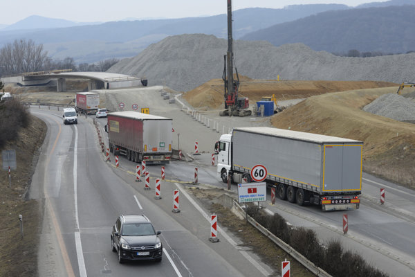 V lete by sa už mala doprava presmerovať na most križovatky v pozadí.