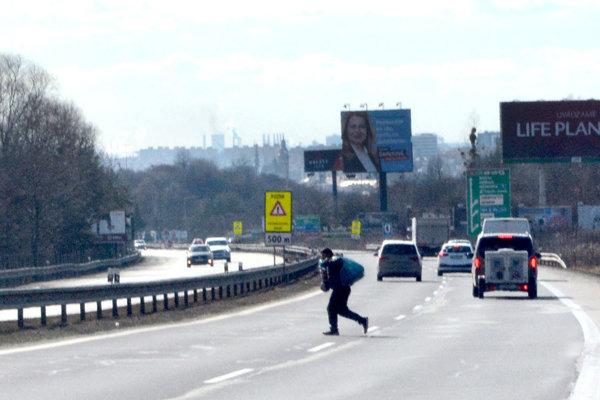 Autá im neprekážajú, cez rýchlostnú cestu prebehujú, riskujúc život.
