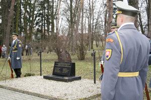 Príslušníci Čestnej stráže SR pri pamätníku venovanom obetiam tragického výbuchu vo VOP Nováky.