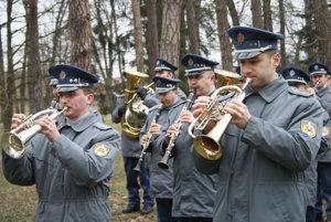 Vojenská dychová hudba počas pietnej spomienky.
