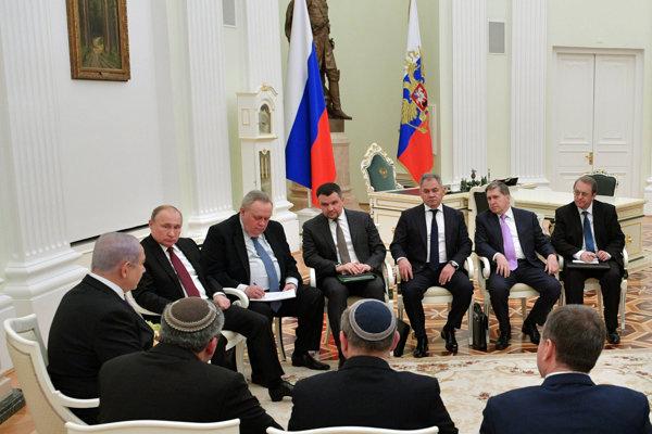 Izraelský premiér Benjamin Netanjahu s delegáciou na stretnutí s Vladimirom Putinom v Moskve.
