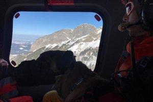 Záchranná akcia vo vrtuľníku.