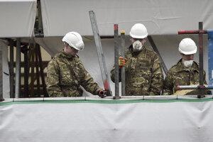 Vojaci, ktorí sa podieľali na dekontaminácii, dostali pochvalu.