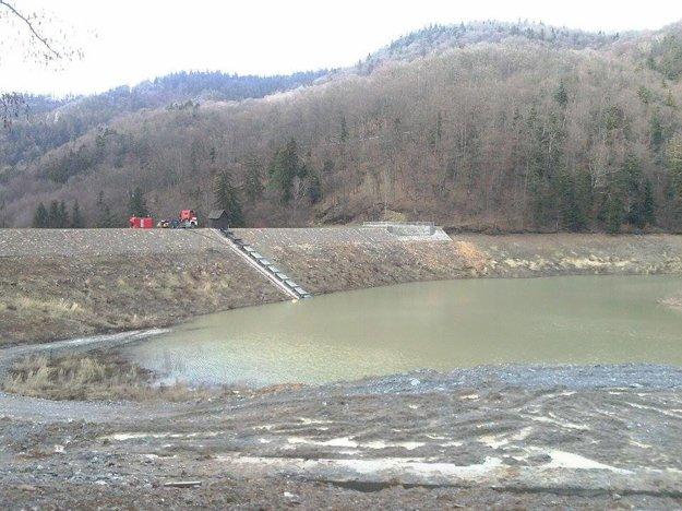 Opravy sú ukončené, zosuv pôdy podľa vodohospodárov nehrozí.