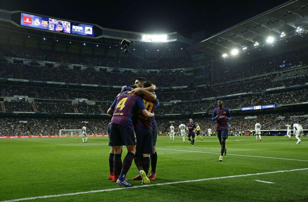 398dc51fc3ee3 La Liga 2018/2019: Pozrite si momentky zo zápasu Real Madrid - FC Barcelona.  6/14. Zväčšiť Všetky fotky. Futbalisti FC Barcelona sa radujú gólu Ivana ...