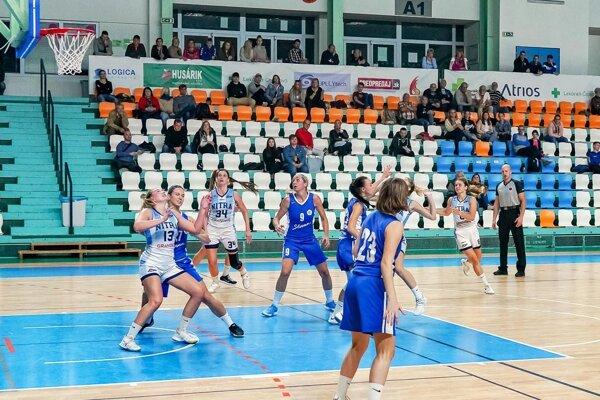 Basketbalistky Nitry (v bielom) vo štvrťfinále vyzvú Šamorín.