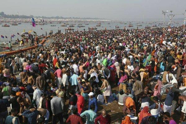 Hinduisti čakajú na kúpeľ pri sútoku riek Ganga, Jamuna a Sarasvati.