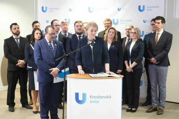 Kandidáti na europoslancov za stranu Kresťanská koalícia počas brífingu, kde strana predstavila svojich kandidátov v tohtoročných eurovoľbách. Za pultom stojí Anna Záborská, súčasná europoslankyňa nominovaná KDH.